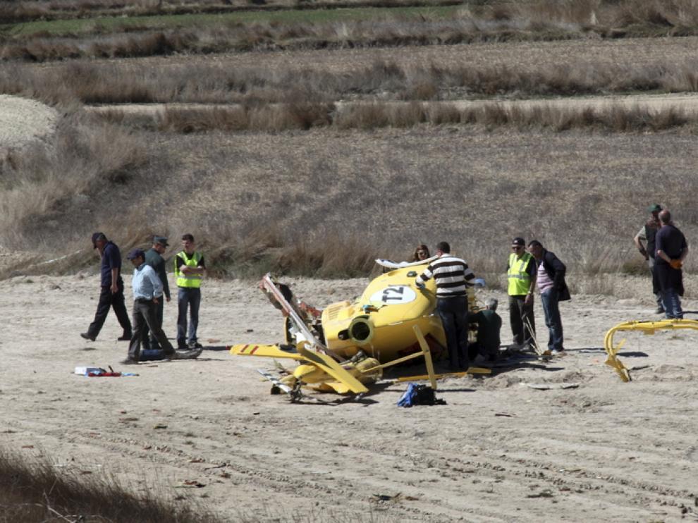 El helicóptero -en la foto, el día del accidente- se estrelló contra un campo de labor.