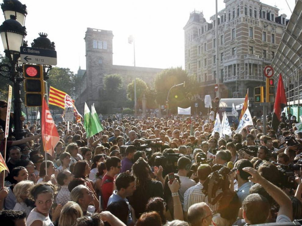 Vista de la concentración que mantienen de apoyo a sus compañeros negociadores cerca de 500 trabajadores sanitarios esta tarde ante la sede del Instituto Catalán de la Salud