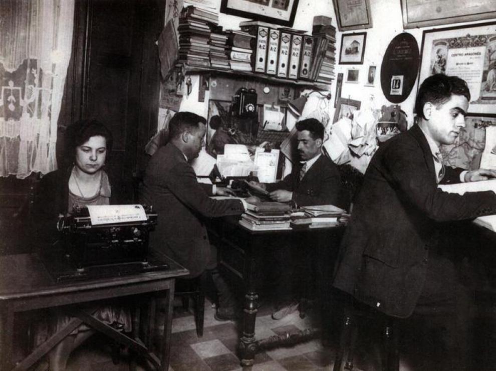 Las oficinas de Cinematográfica Daroca, con Jesús Daroca al fondo y su hermano, Julián Daroca, en primer término