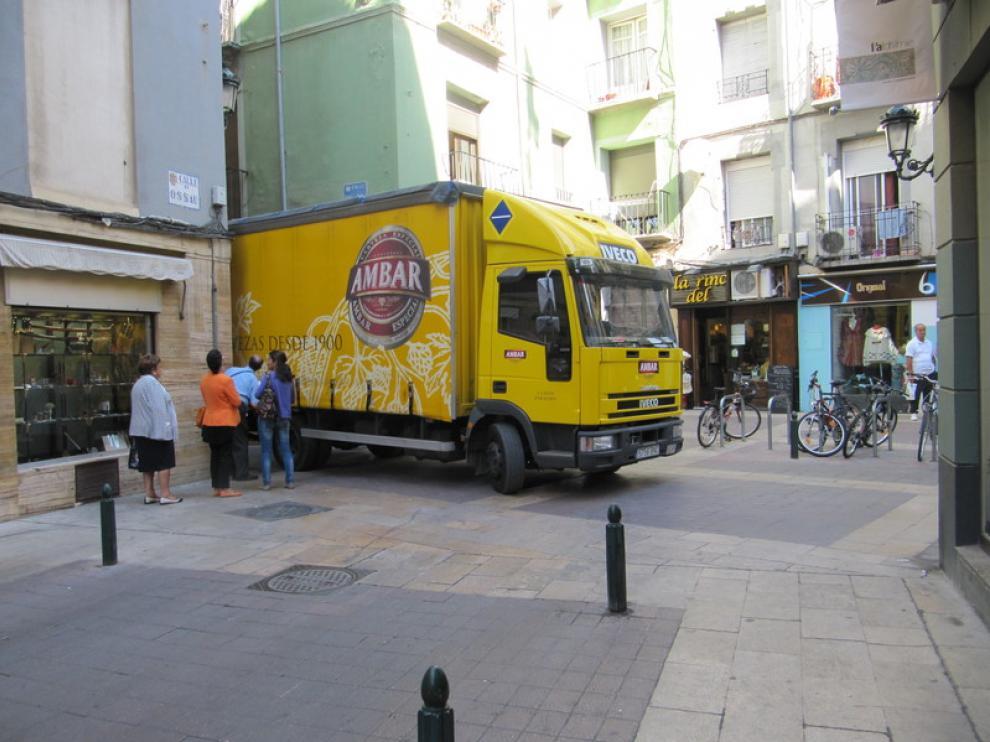 Un camión, en el cruce de Méndez Núñez y Ossau, en el Casco de Zaragoza