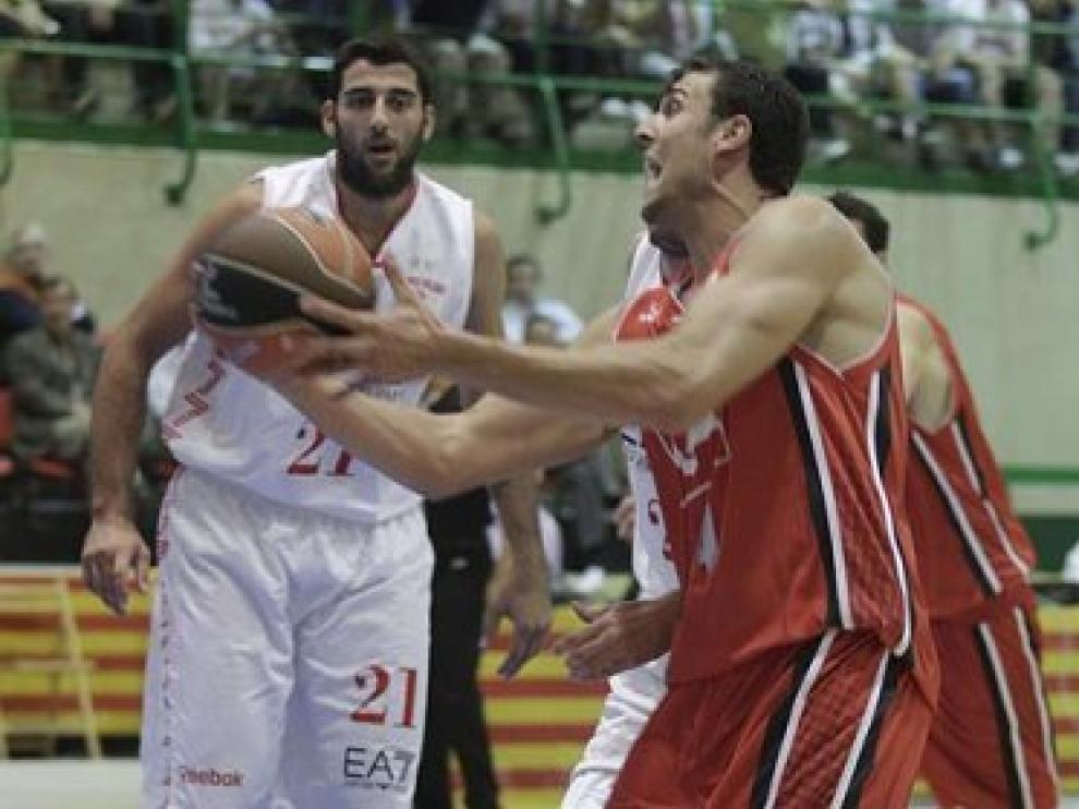 Aguilar penetra ante Bourousis.