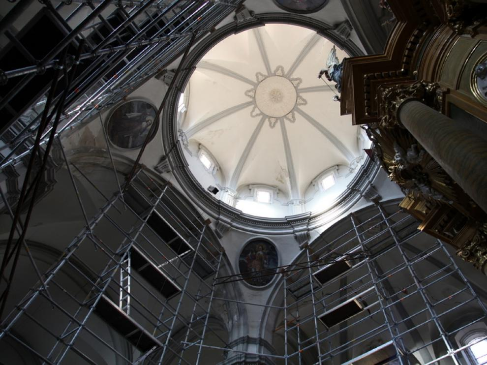 Andamios montados para consolidar los pilares que sustentan el cimborrio de la iglesia.