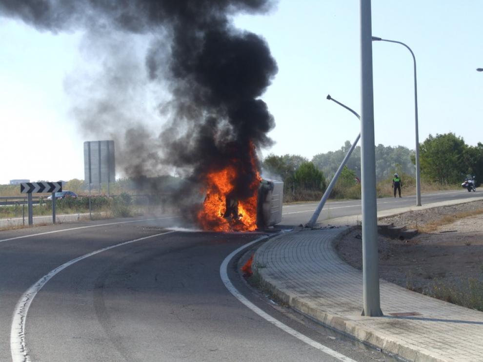 Imágenes del vehículo incendiado en la capital oscense