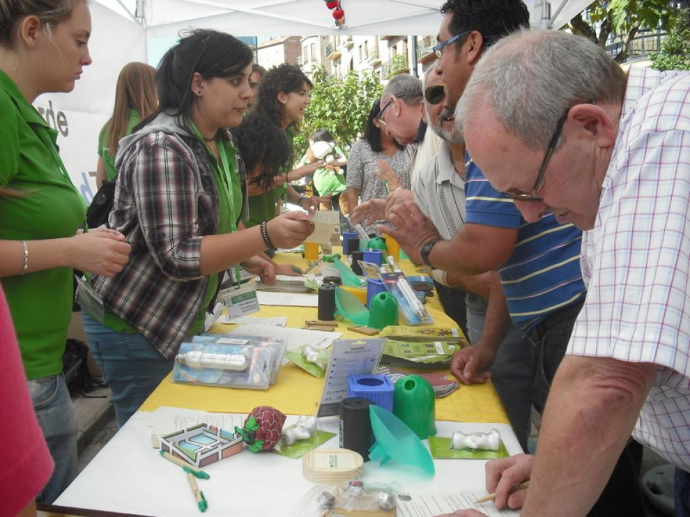 Los vecinos realizan el test de la huella ecológica