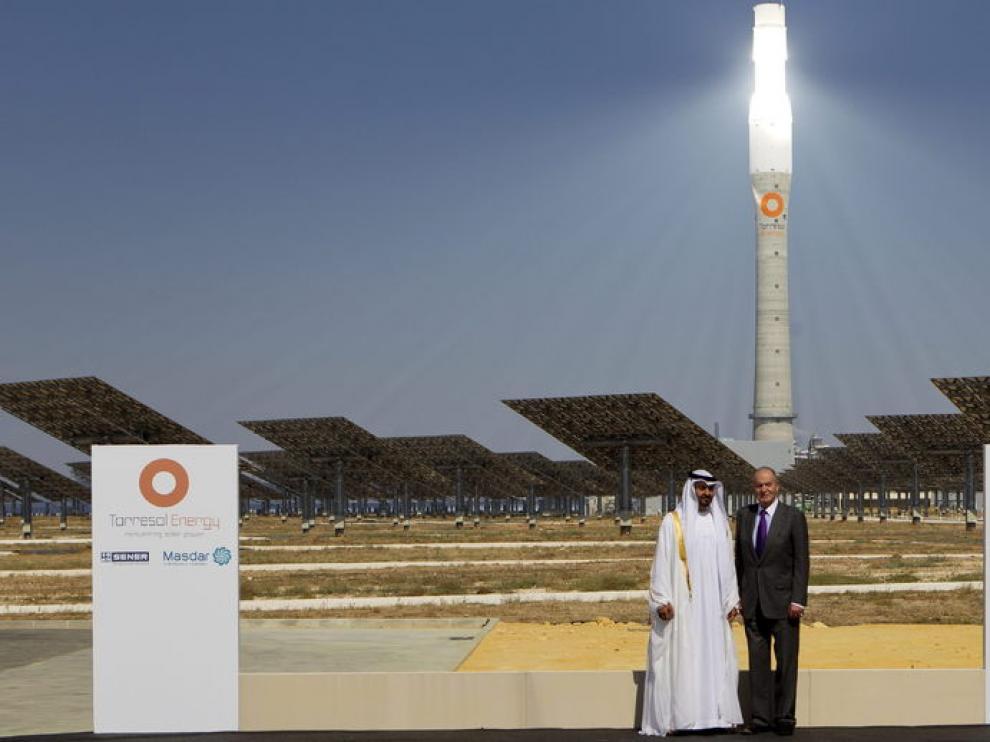 El Rey Juan Carlos I y el príncipe heredero de Abu Dabi, el jeque Mohamed bin Zayed Al Nahyan, durante la inauguración