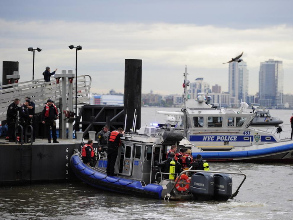 Los equipos de rescate trabajan en el río.