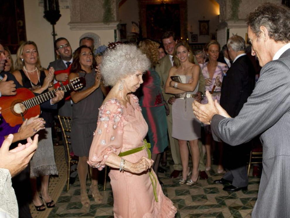 La duquesa de Alba baila una sevillana mientras Alfonso Díez toca las palmas