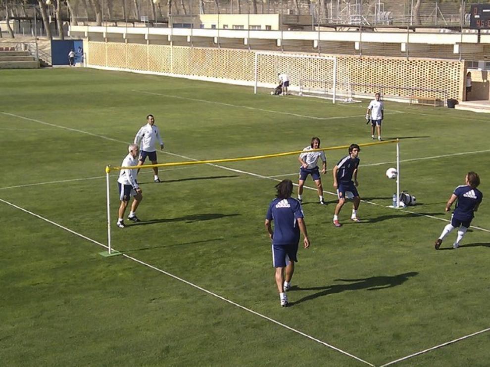 Partido de 'fut-voley' entre jugadores y cuerpo técnico