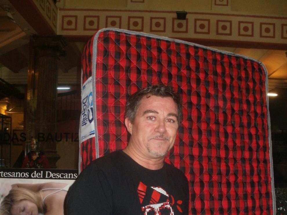 Enrique Lafuente, uno de los organizadores, posa junto al colchón de DONALIT