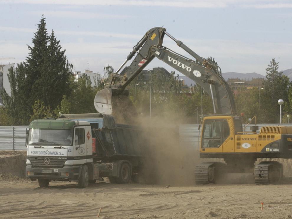 Las palas preparan el terreno para empezar a excavar los cimientos del Palacio de Justicia .