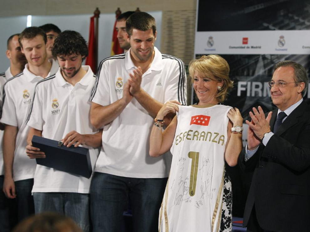Florentino Pérez y Esperanza Aguirre junto a los jugadores del Real Madrid de Baloncesto