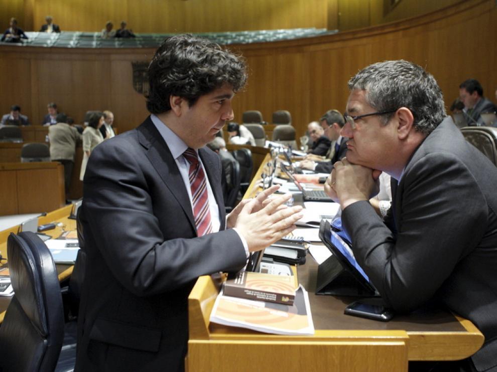 Mario Garcés, a la izquierda, durante un pleno de las Cortes
