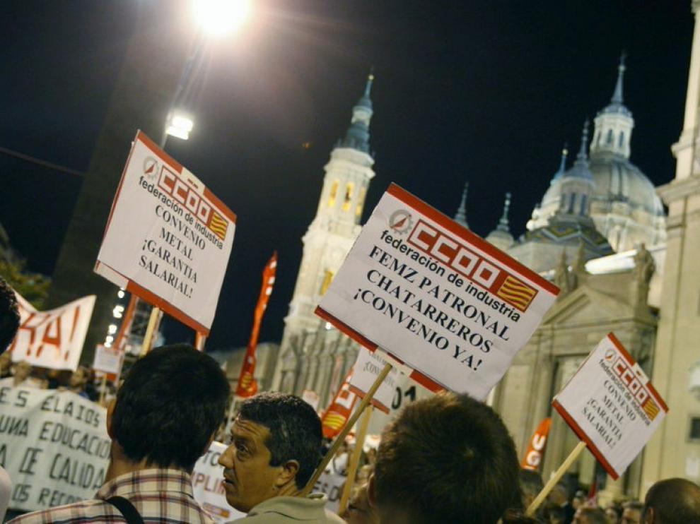 Varias personas durante la manifestación que, convocada por UGT y CCOO, ha tenido lugar hoy en Zaragoza