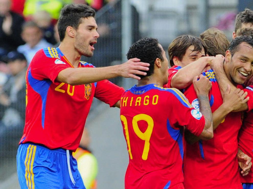 Jeffrén Suárez (d) celebra junto con sus compañeros el tercer gol de La Roja frente a Bielorrusia