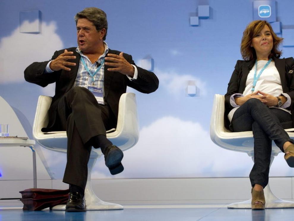 El coordinador de justicia, Federico Trillo, junto a Soraya Sáenz de Santamaría.