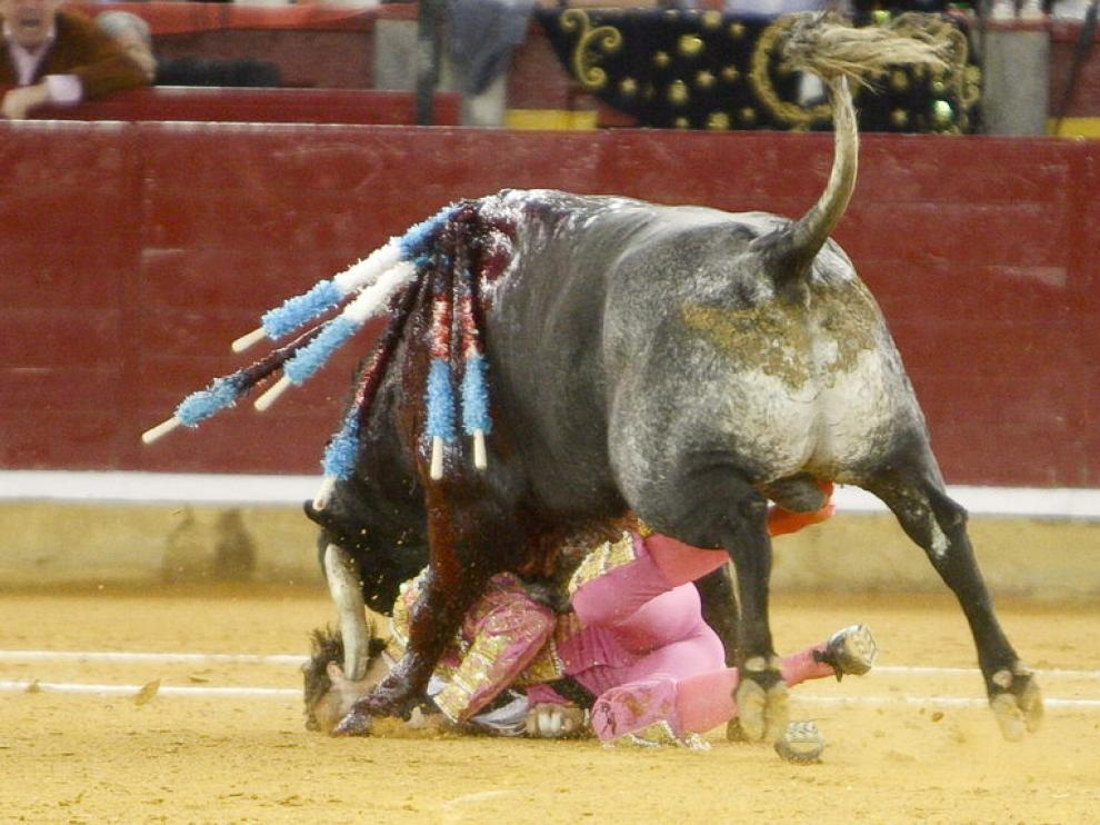 El toro le atravesó el lado izquierdo de la cara
