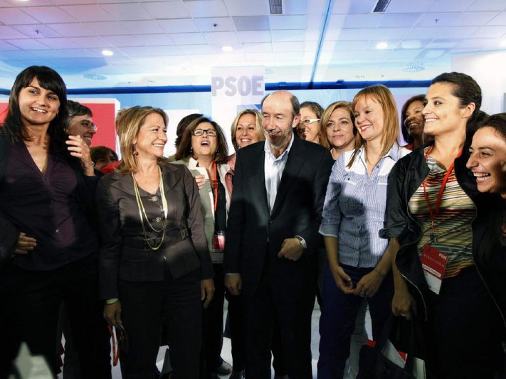 Rubalcaba posa con los candidatos socialistas