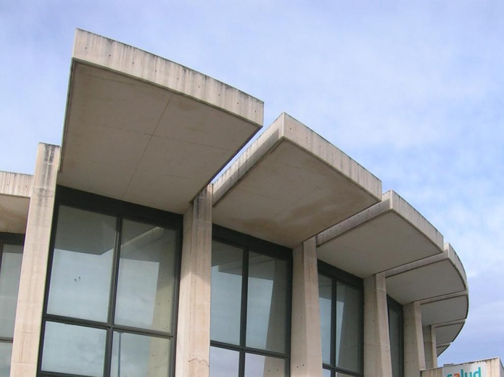 El exterior de la fachada del centro de salud denota las malas condiciones en las que se encuentra.