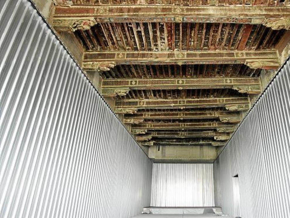 Las paredes están forradas de placas metálicas a fin de proteger la estructura.