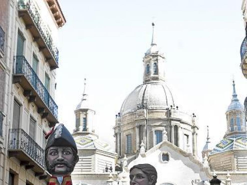 Palafox y Agustina de Aragón, por la calle Alfonso.