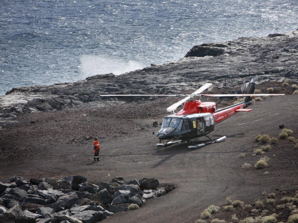 Un helicóptero de emergencias en una playa de El Hierro