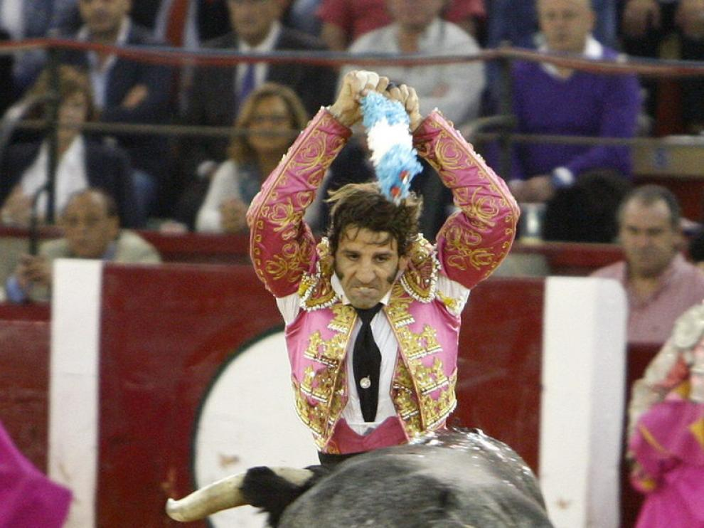 El diestro Juan José Padilla coloca un par de banderillas al toro que le corneó en el siguiente par