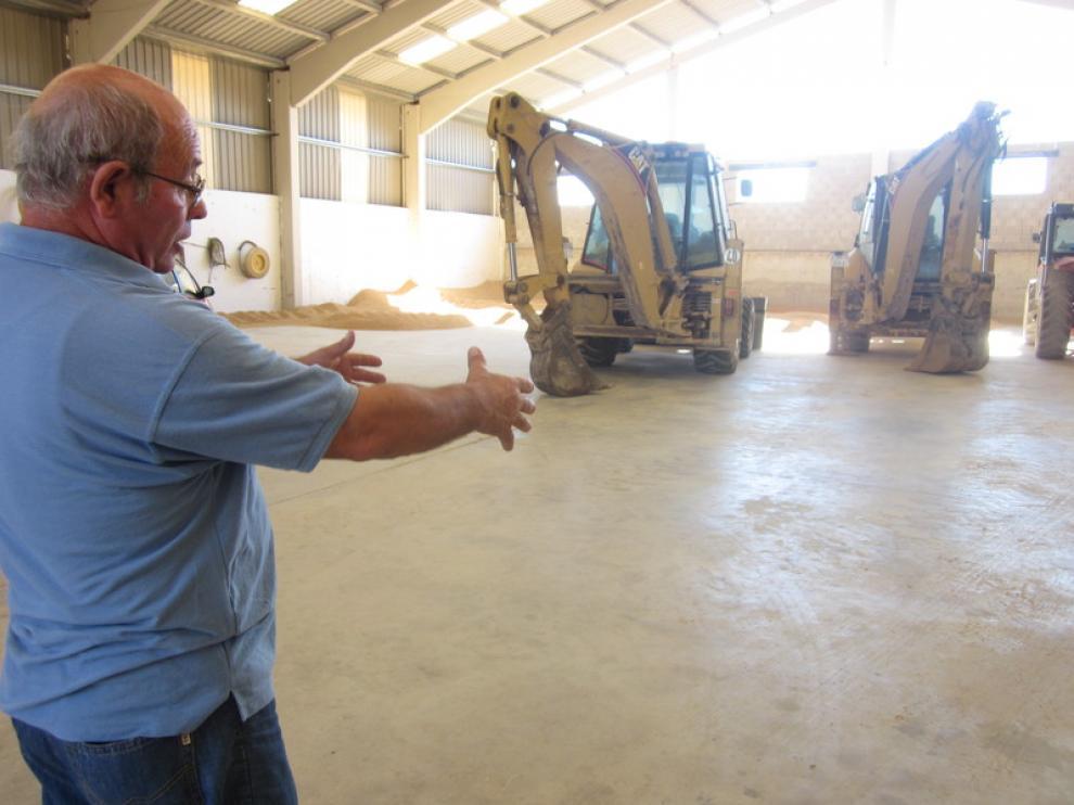 Antonio Alquézar muestra el punto de su almacén en el que guardó aquella noche el tractor robado.