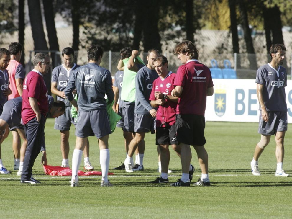 David Bauzá, a la derecha, durante el entrenamiento de ayer en el IES Pirámide previo al partido de Córdoba.