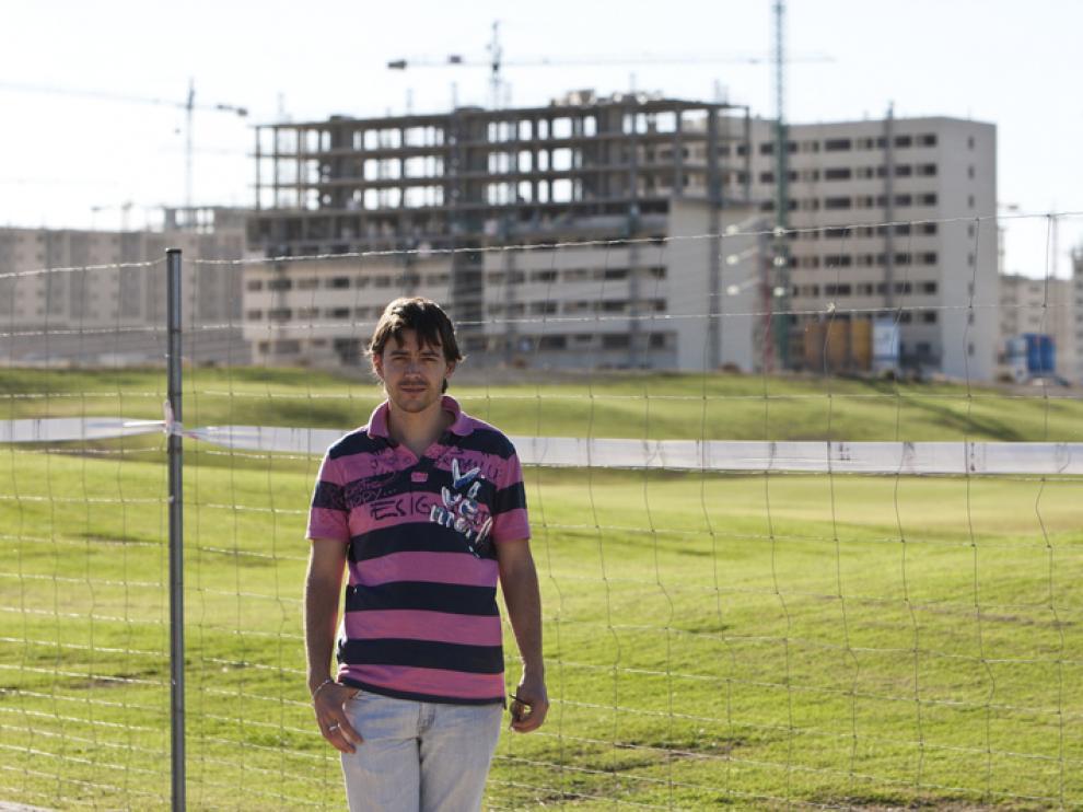 Roberto Hernández, ayer, ante algunos de los bloques en construcción del barrio de Arcosur.
