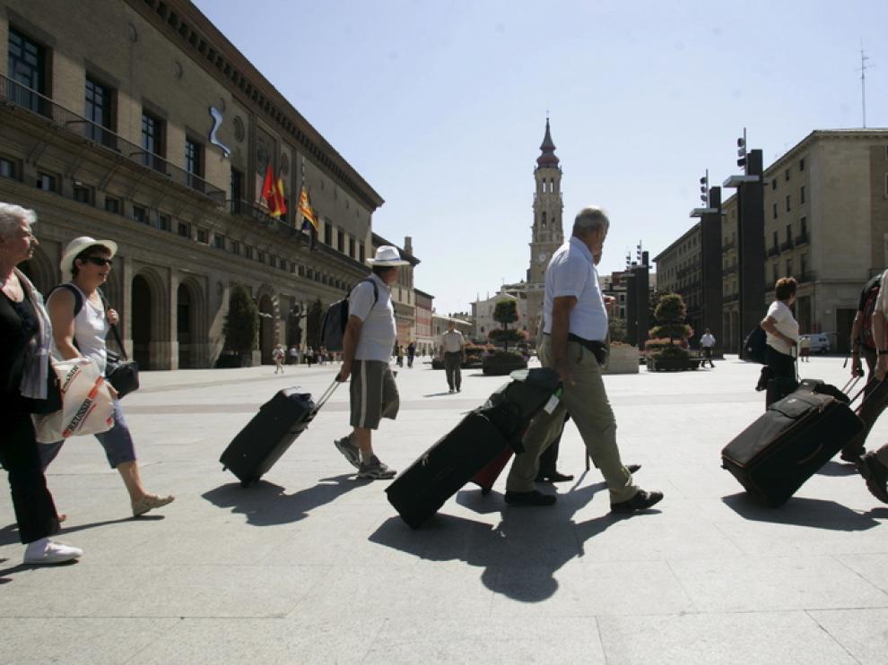 Un grupo de turistas camina por la plaza del Pilar de Zaragoza