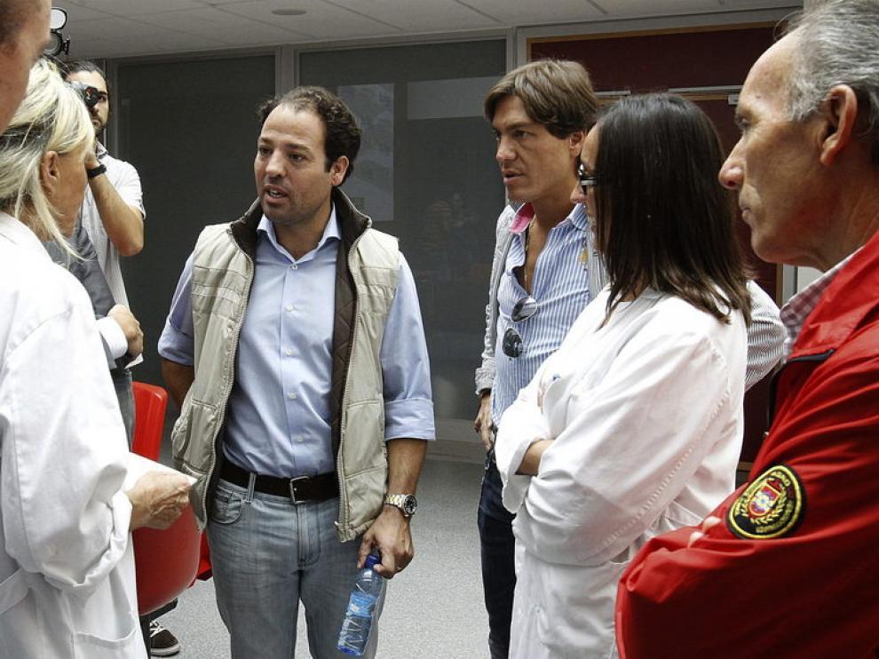 Diego Robles, a la derecha el apoderado de Padilla y el hermano del torero, con los médicos