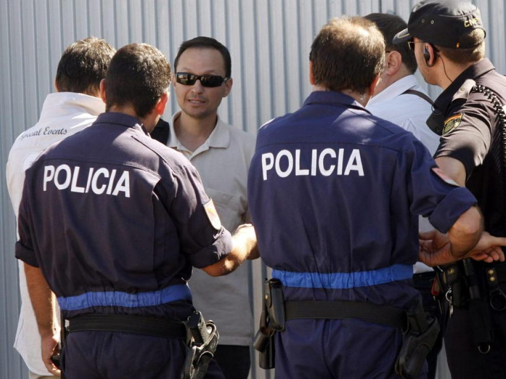 El padre de los menores, acompañado por agentes de la Policía