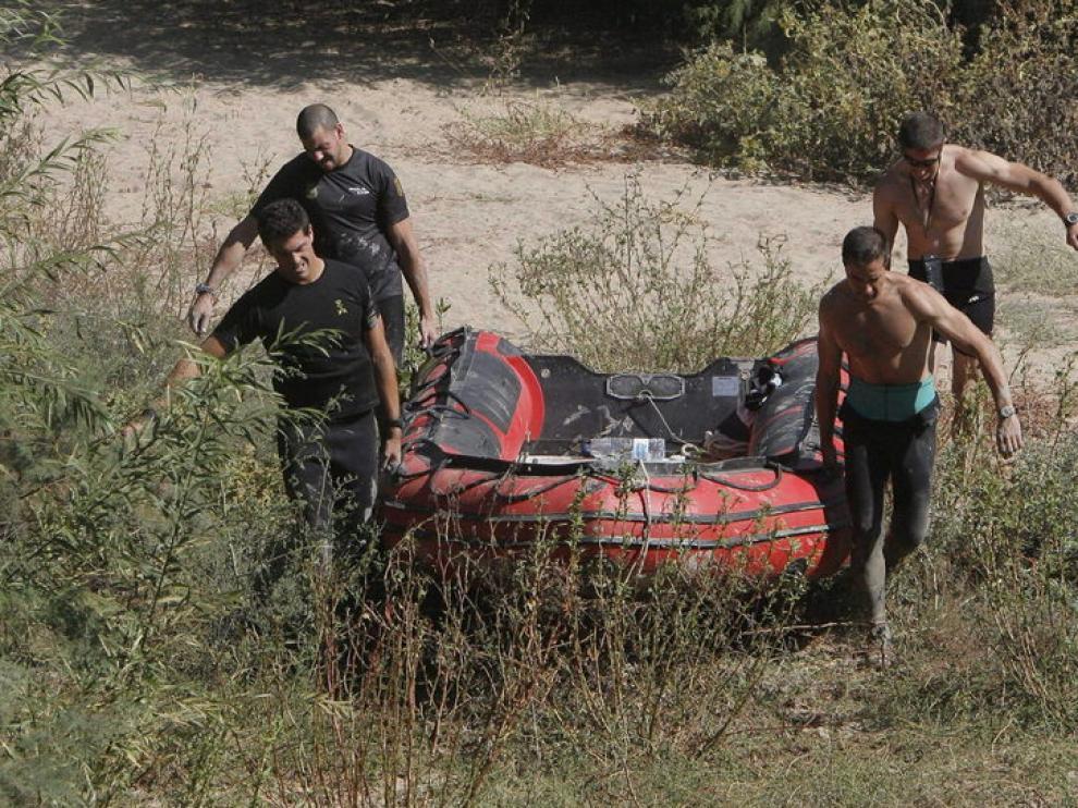 Los bomberos rastrean el Guadalquivir