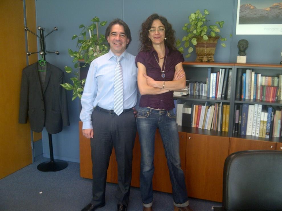 El director general de Cultura Humberto Vadillo junto a la cantante Carmen París