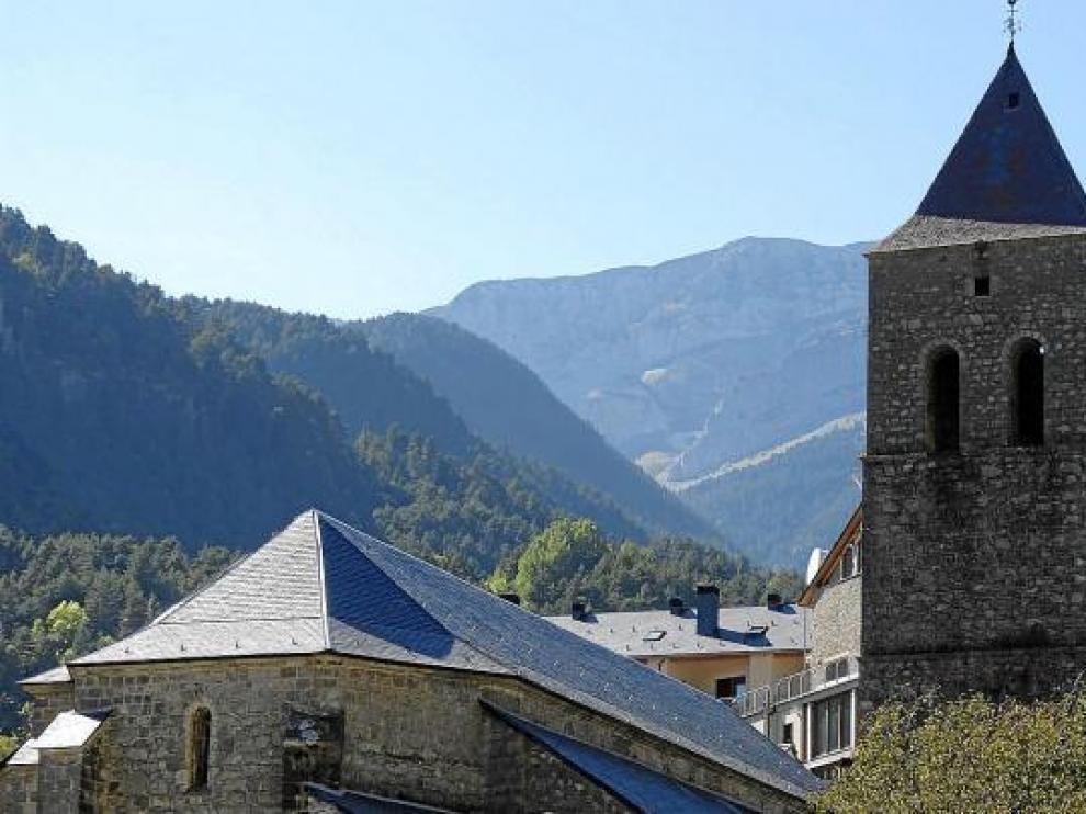 La restauración de la iglesia de Bielsa, del siglo XVII, se ha centrado en la cubierta.
