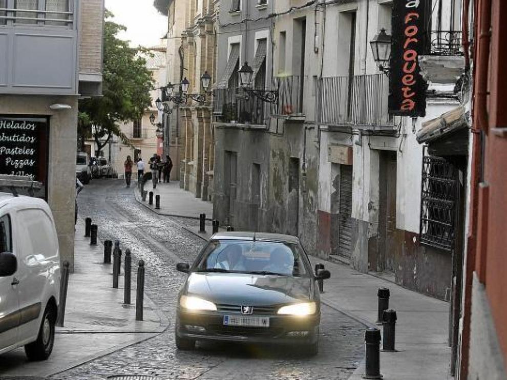 Un coche en la calle de las Cortes, una de las pocas donde se puede, aunque no se debe, acelerar.