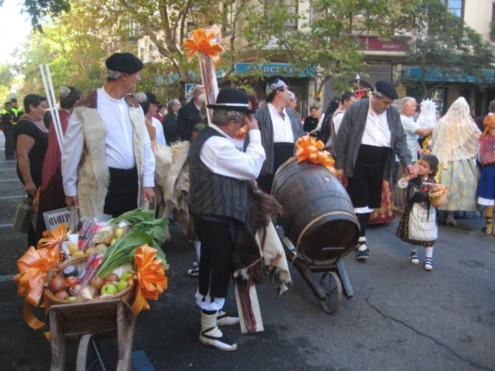 Participantes de la Ofrenda de Frutos en la plaza de Santa Engracia