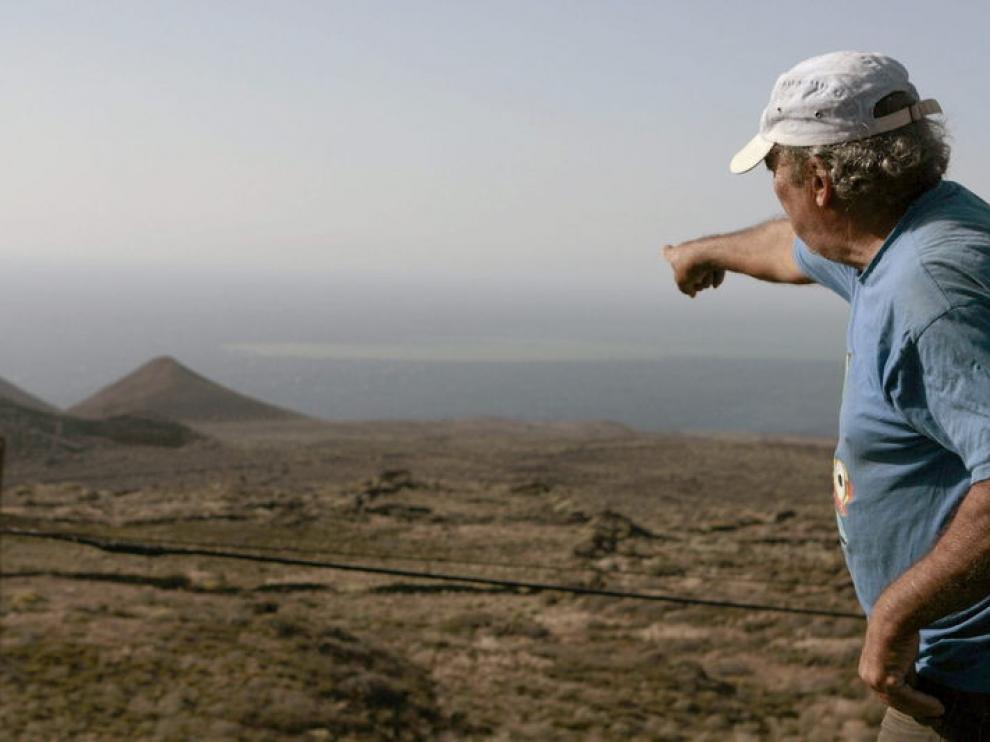 Un hombre señala una de las manchas en el mar