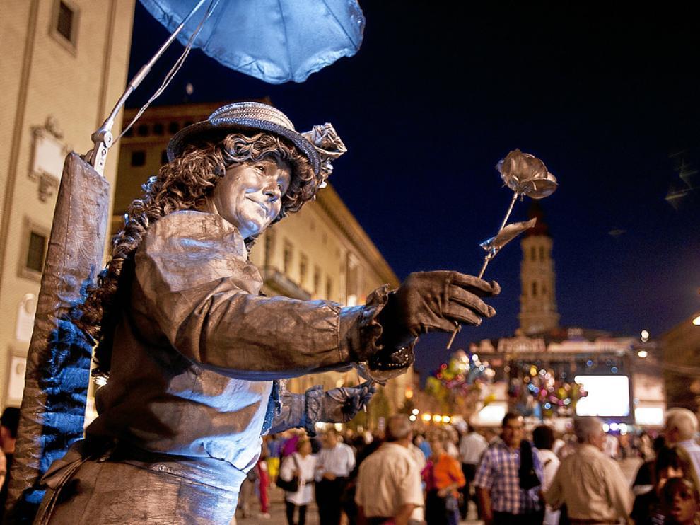 Una de las estatuas humanas que estos días forman parte del paisaje habitual de la plaza del Pilar.