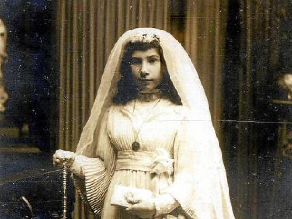 Pascuala Perié, vestida de Primera Comunión.