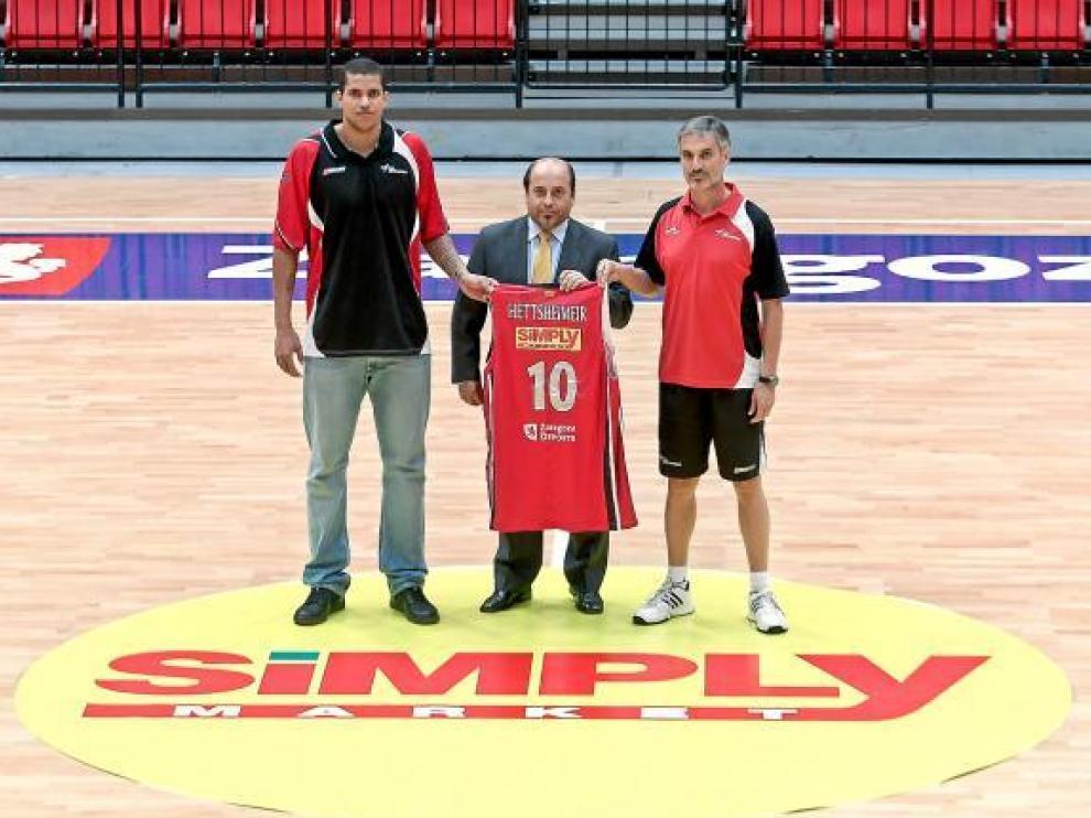 Hettsheimeir, Enrique Garay (Simply) y Abós, en la puesta de largo del nuevo patrocinador.