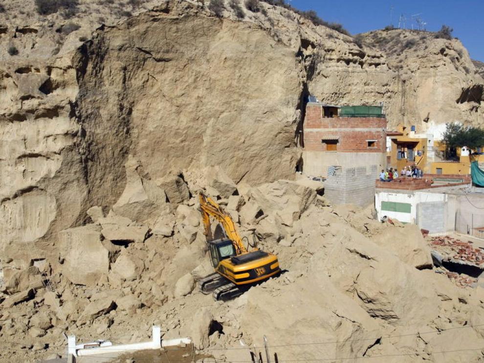 Trabajos de desescombro en las casas-cuevas