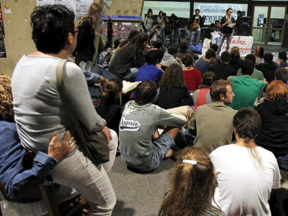 Grupos de indignados en Barcelona