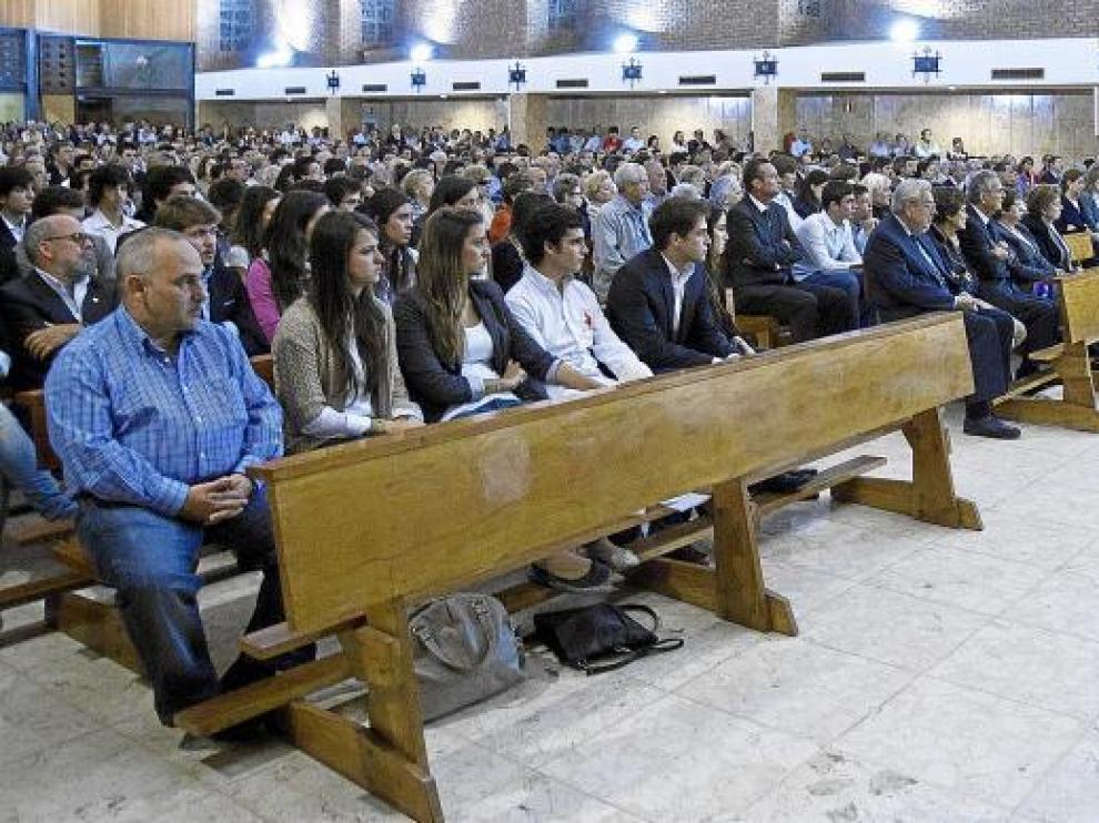 Familiares y amigos -mucha gente joven-, anoche durante el funeral de Alejandro Herranz Pueyo en la parroquia de Santa Rita.