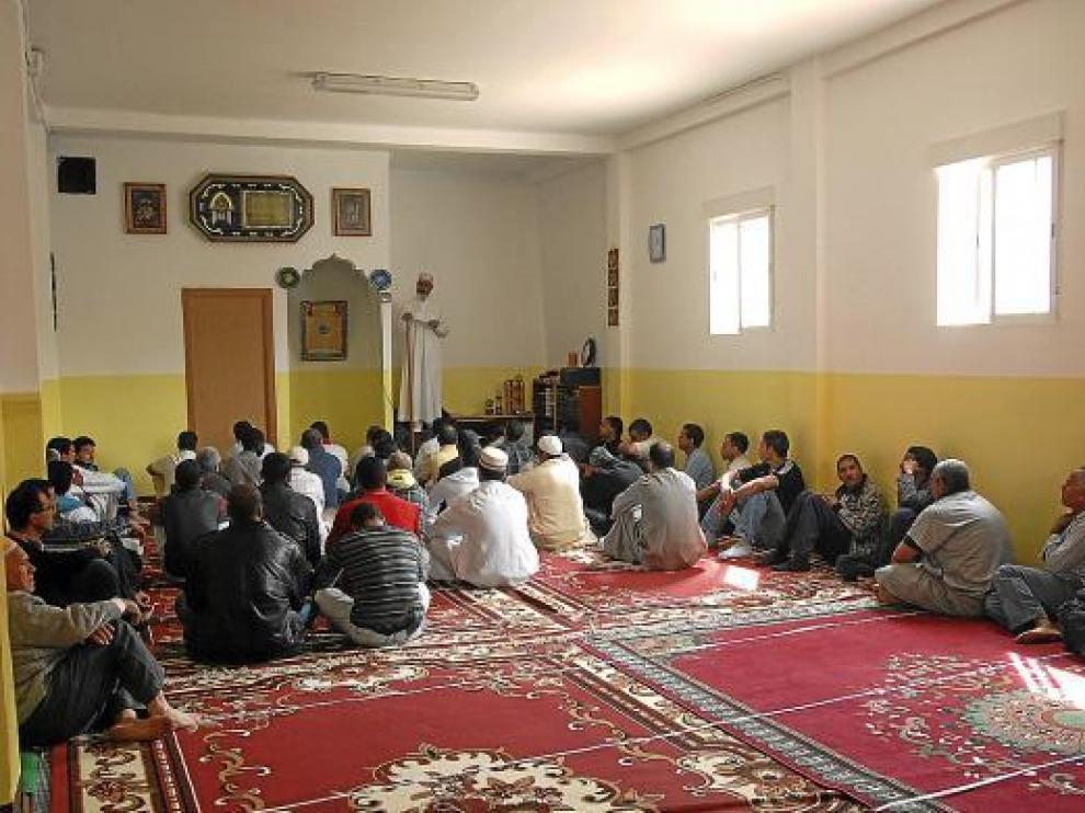 Un momento de la oración de los musulmanes en la nueva mezquita, en el barrio de la Merced.