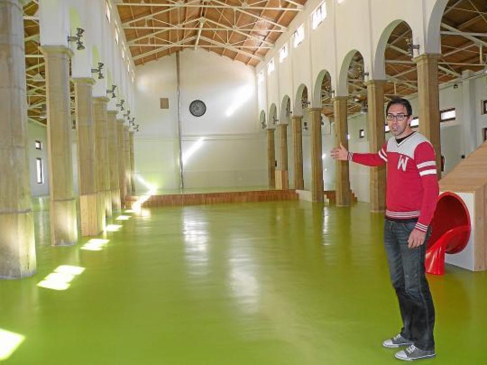 Nacho Esparrells, concejal (PP) del Ayuntamiento de Alcañiz, en el Centro Infantil.