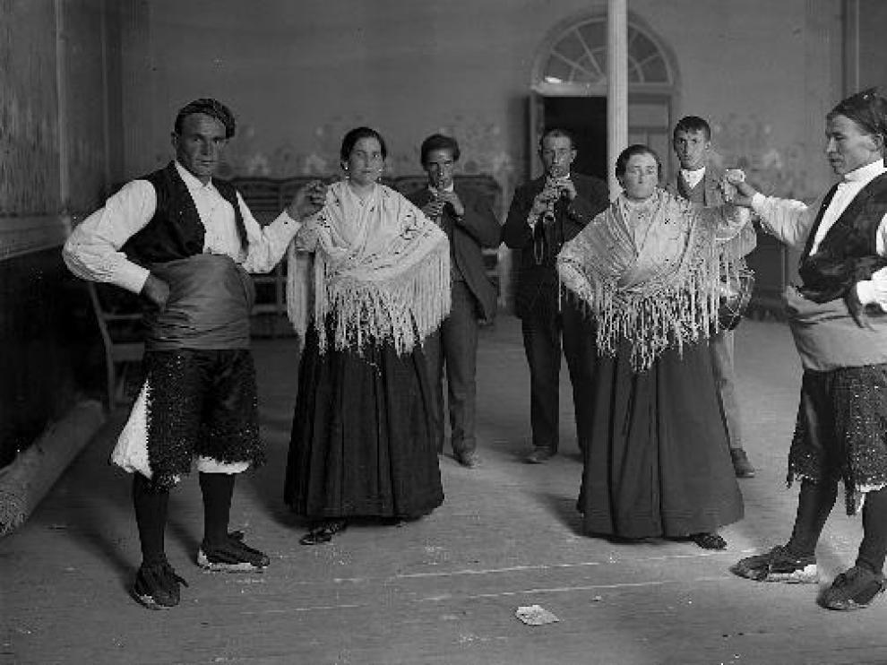 Los gaiteros de Estella, junto los bailadores de Tauste, en la Fiesta de la Jota.