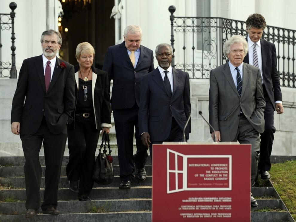 Gerry Adams, Gro Harlem Brutland, Bertie Ahern, Kofi Anann, Pierre Joxe y Jonathan Powell