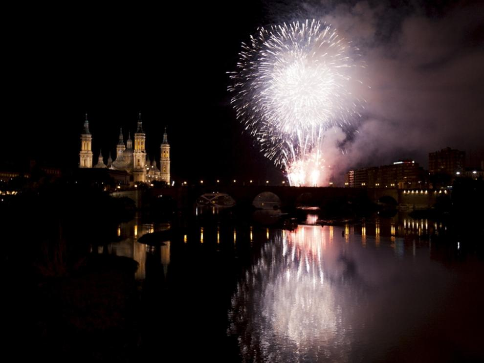 Las riberas se llenaron de espectadores que contemplaron el espectáculo de fuegos artificiales.