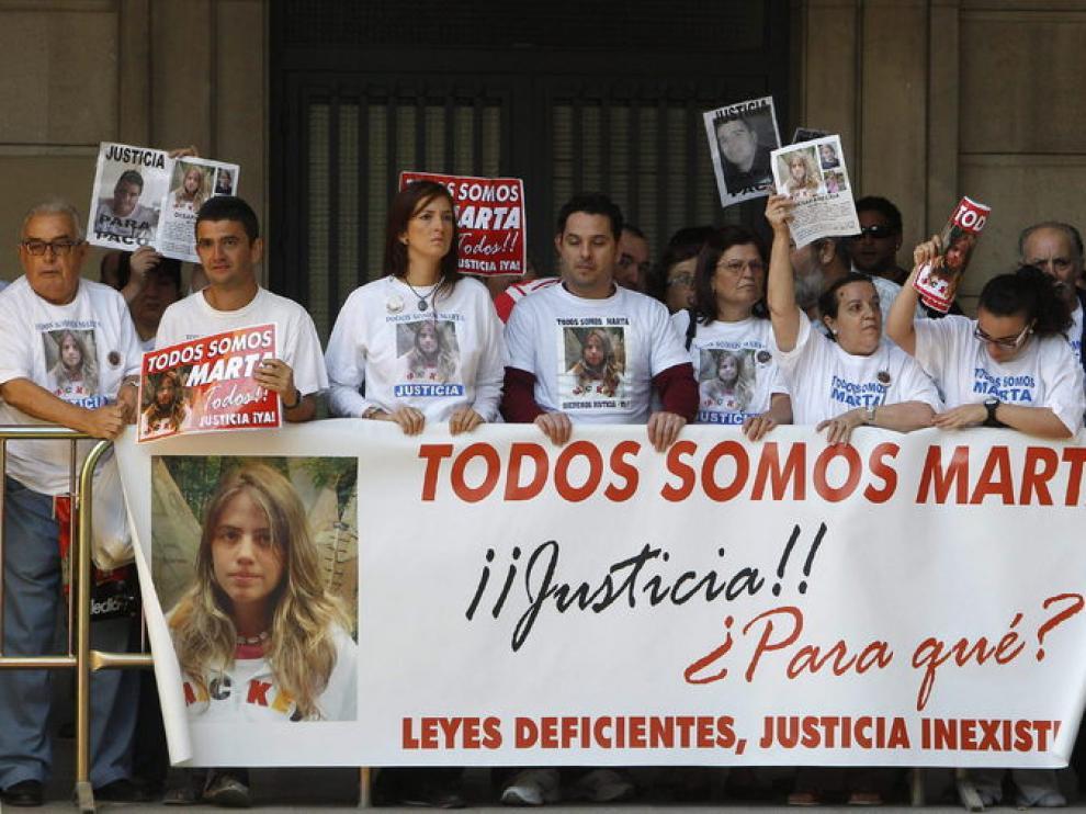 Miembros de la plataforma 'Marta del Castillo' en la Audiencia Provincial
